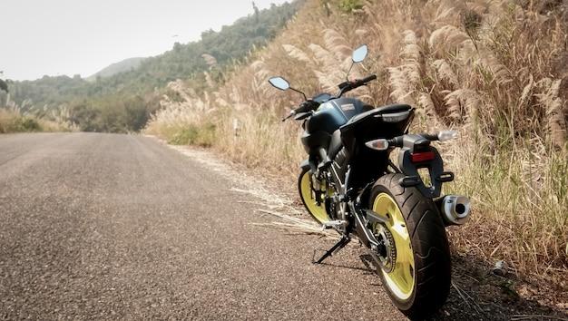 草原のビンテージスタイルのバイク