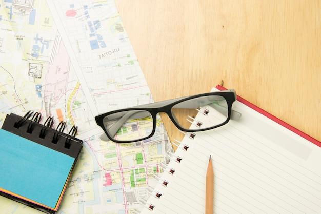 木製の背景に旅行を計画する概念。トップビュー、フラットレイコンセプト。