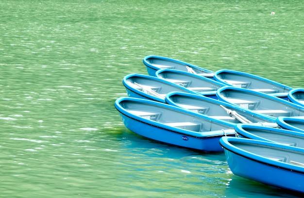 川の青いボート。