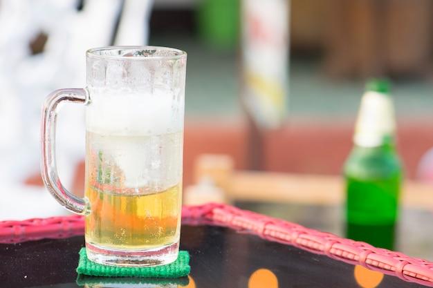 バーの外のガラスのビールと氷