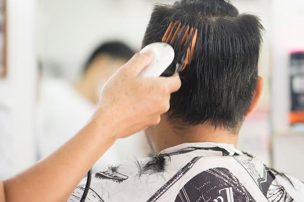 ヘアカット男性用理髪店。メンズヘアドレッサー理髪師。