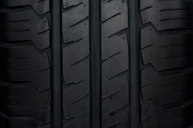 車のタイヤの背景、タイヤのテクスチャのクローズアップの背景。