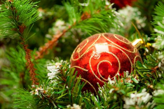 木の上のクリスマスボール。