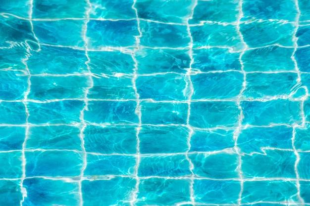 反射水のあるスイミングプール。