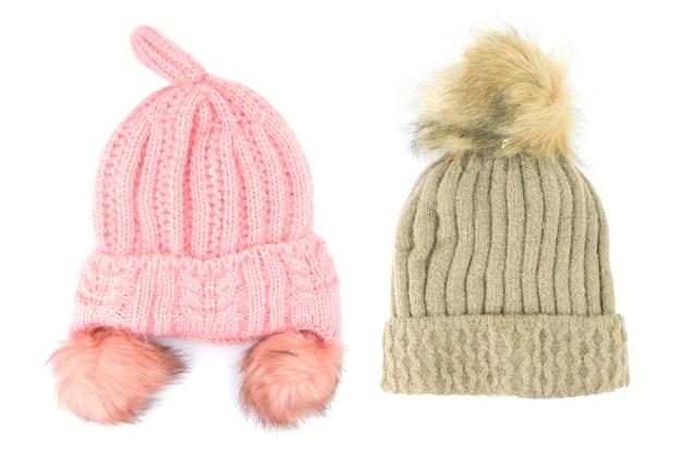 茶色とピンクのウールニット帽子白い背景で隔離。