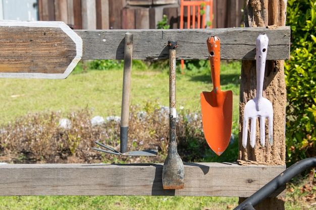 ガーデニングツールは木製レールにハングアップします