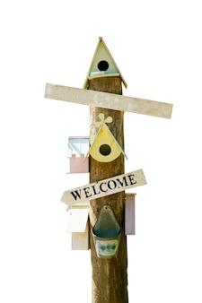 Дом птицы и деревянный знак изолированные на белизне,