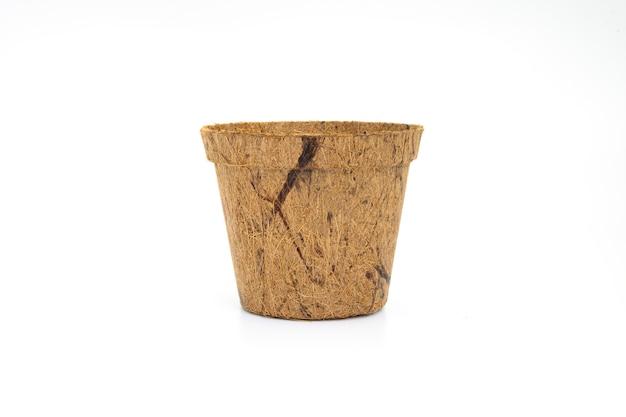Утилизируйте цветочный горшок из древесного волокна на белом фоне