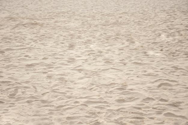 Песок на фоне пляжа крупным планом