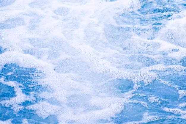 青いきれいな清潔な水ジャグジーの水。スパマッサージの背景。