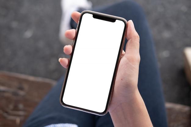 スマートフォンを使用しての女性。