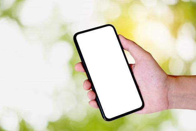 Женщина с помощью смартфона. пустой экран мобильного телефона для монтажа графического дисплея. сетевой сервис.