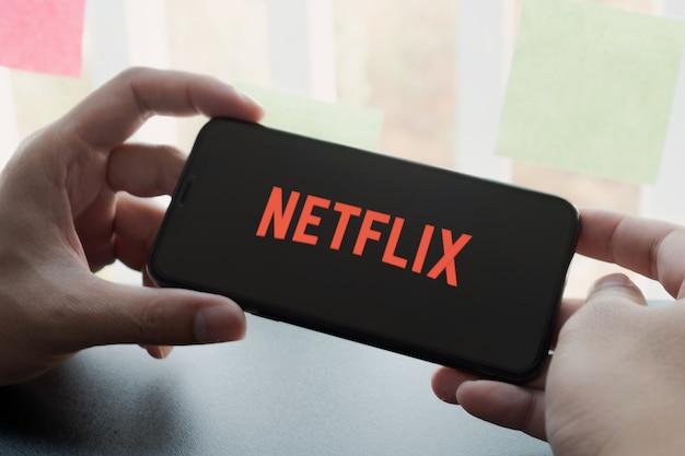Женщина рука смартфон с логотипом на смартфоне