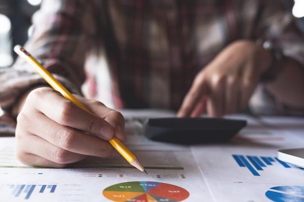 手書きと電卓での計算を分析する財務データ