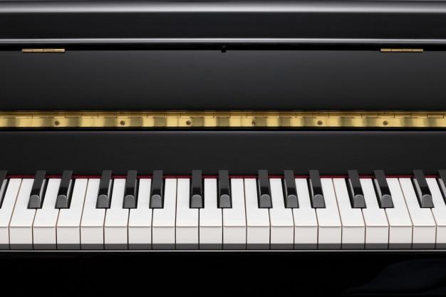 Черное вертикальное фортепиано