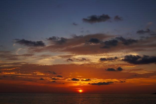 Великолепный закат в красивом пляже карон