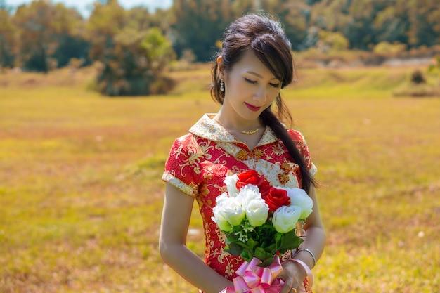 アイリーンはウェディングドレスを中国の伝統的なドレスで結婚前の撮影に使用していました