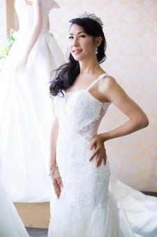 アイリーンは白いウェディングドレスで前結婚式の撮影のためのウェディングドレスを着ていた