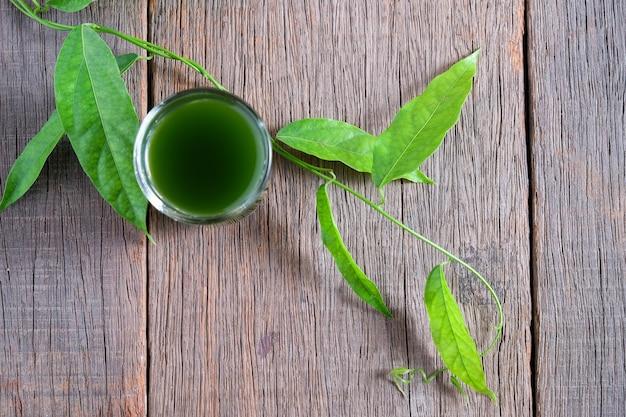 竹の草、バイヤナンジュース。ティリアコラトリンドラ