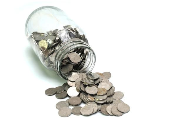 白い背景に流されたタイのコインの瓶