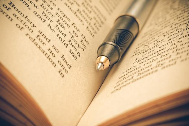 ペンとフィルター効果を持つ本レトロヴィンテージスタイル