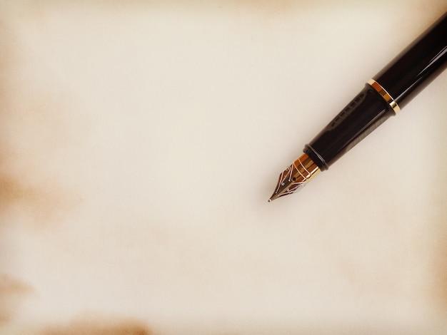 論文とペン古いレトロヴィンテージスタイル