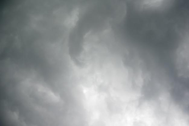 雨の前に空に重い灰色の雲 - ストック画像
