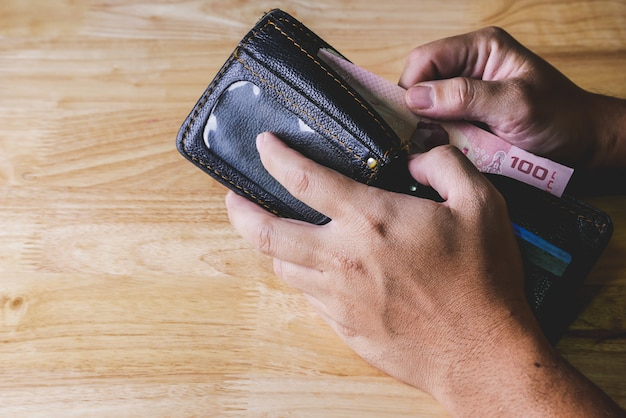 財布を保持する投資概念手のためにお金を節約