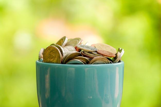 Сэкономить деньги на инвестиционную концепцию, деньги в стекле