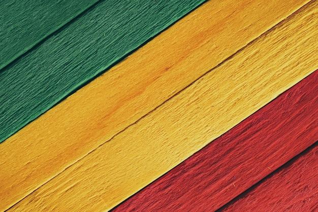 背景の木緑、黄色、赤の古いレトロなビンテージスタイル、ラスタレゲエフラグ