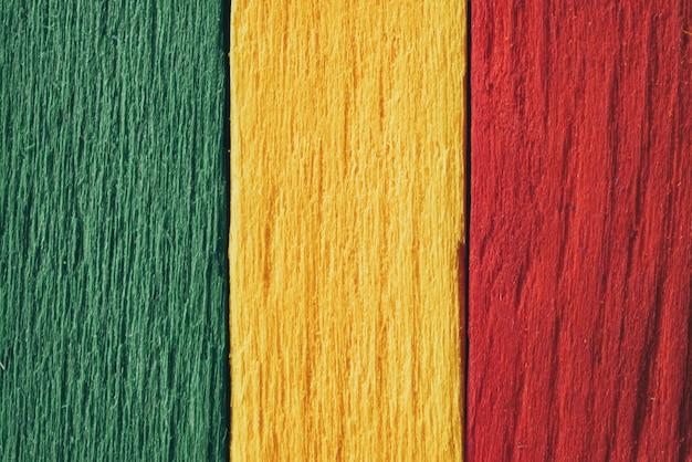 背景の木緑、黄色、赤の古いレトロなビンテージスタイル