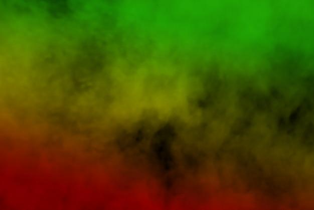 Абстрактные фоновые кривые дыма и волны регги окрашены в зеленый, желтый, красный цвета во флаге музыки регги