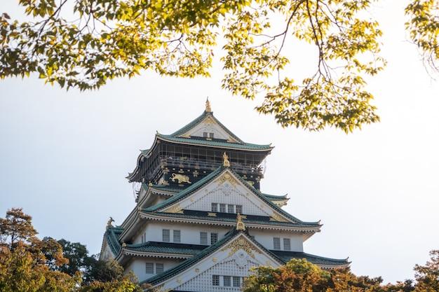 秋の紅葉と大阪の大阪城。日本旅行のコンセプト