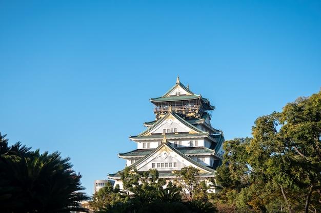 Замок осака в осаке с осенними листьями. концепция путешествий японии