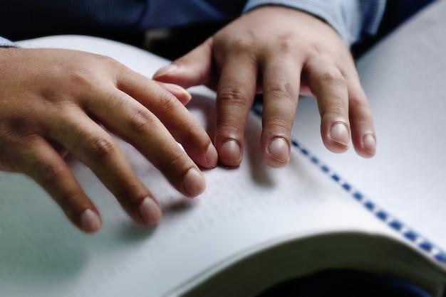 点字を指で読む