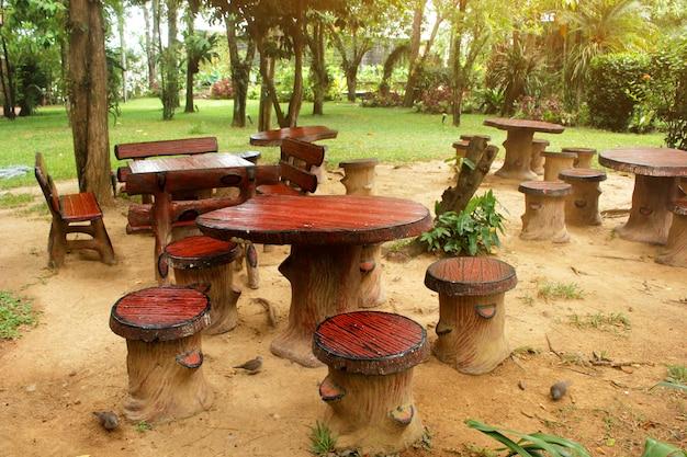 木と木陰のある庭のリビングテーブル。