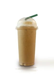 クリッピングパスと白い背景の上の冷たいコーヒー。
