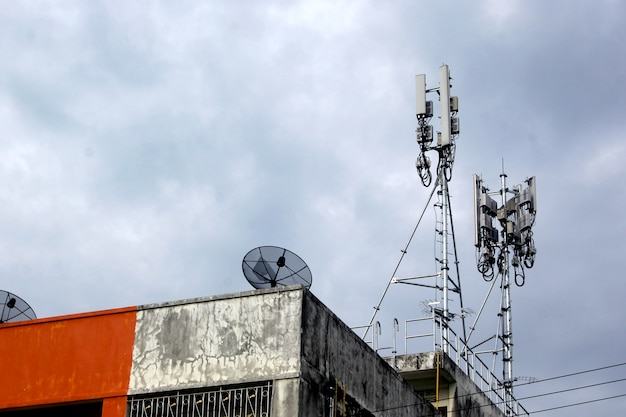 デッキ上の衛星放送受信アンテナ。ルーフアンテナ、インターネットアンテナ