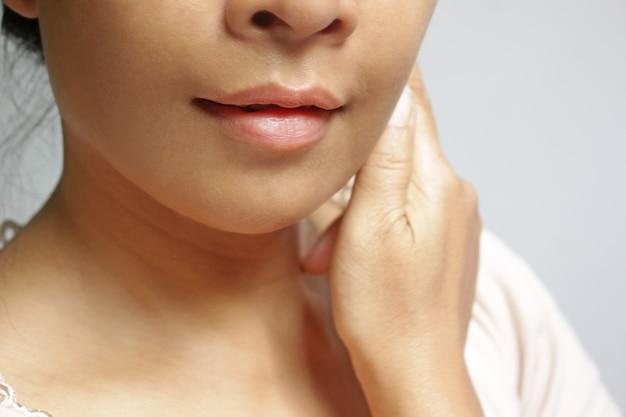 アジアの女の子のメイクを使わないで肌と唇のソフトフォーカス。
