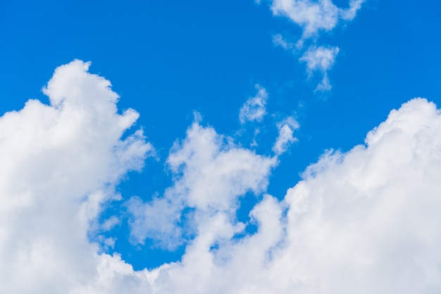 空雲の背景。朝は濃い青空に積雲の白い雲