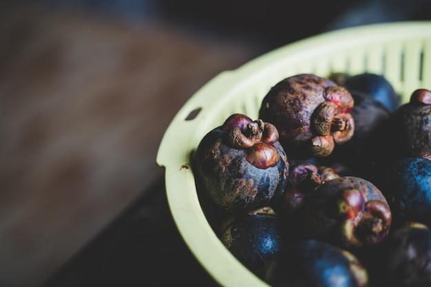 Здоровые фрукты красный фон мангостина в супермаркете местного рынка