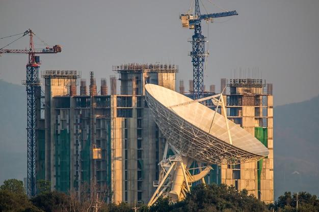 建物の建設の背景に大きな衛星放送の料理