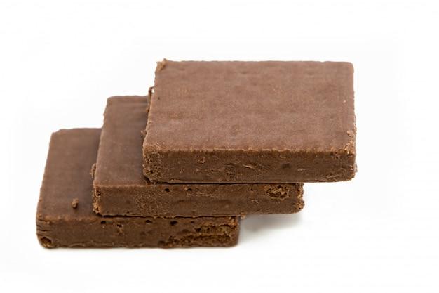白い背景で隔離のダークチョコレートの部分。