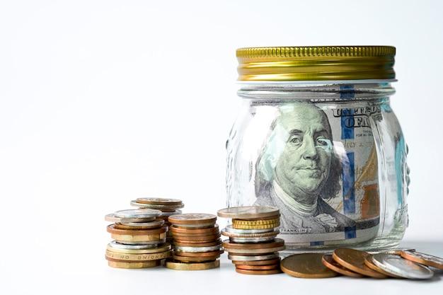 瓶の中の米ドル紙幣。米ドルは、世界の主要な交換通貨です。投資と節約のコンセプト。