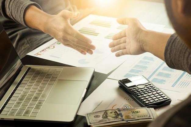 成功する取引交渉のために手を振って実業家ジェスチャー。サプライヤと顧客の間のマーケティングビジネス会議を達成し、楽しんでいます。