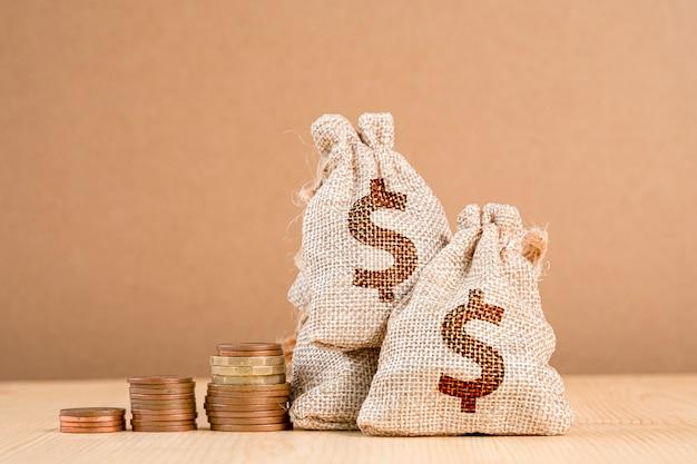 Укладка монет и куча долларов сша в сумке.