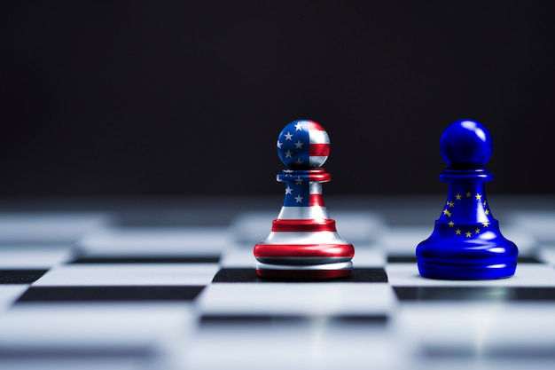 Флаг сша и флаг ес распечатать экран на двух пешек шахматы для битвы. символ соединенных штатов америки увеличивает тарифный налоговый барьер для импорта товаров из стран ес