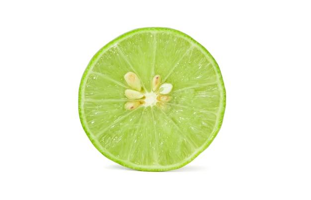 新鮮な緑のレモンやライムの果実の分離