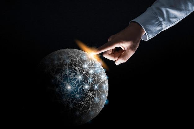 ビジネスマンの指先でタッチして、グローバル接続データと情報交換のための世界に触れます。情報技術交換のコンセプトです。