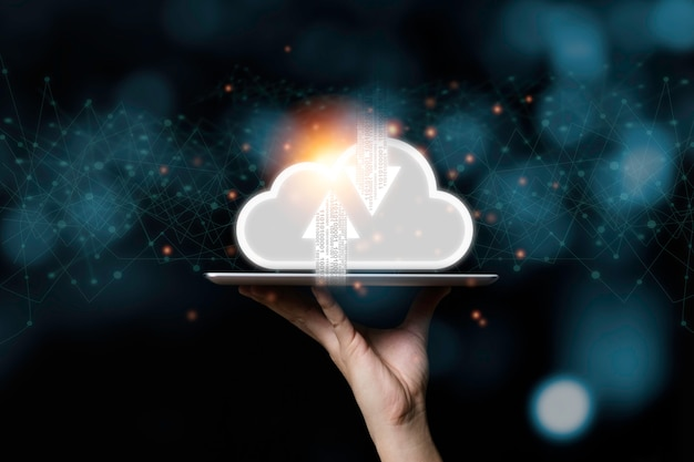 タブレットと手の仮想クラウドコンピューティング。クラウドコンピューティングは、ビッグデータ情報のダウンロードとアップロードを共有するためのシステムです。